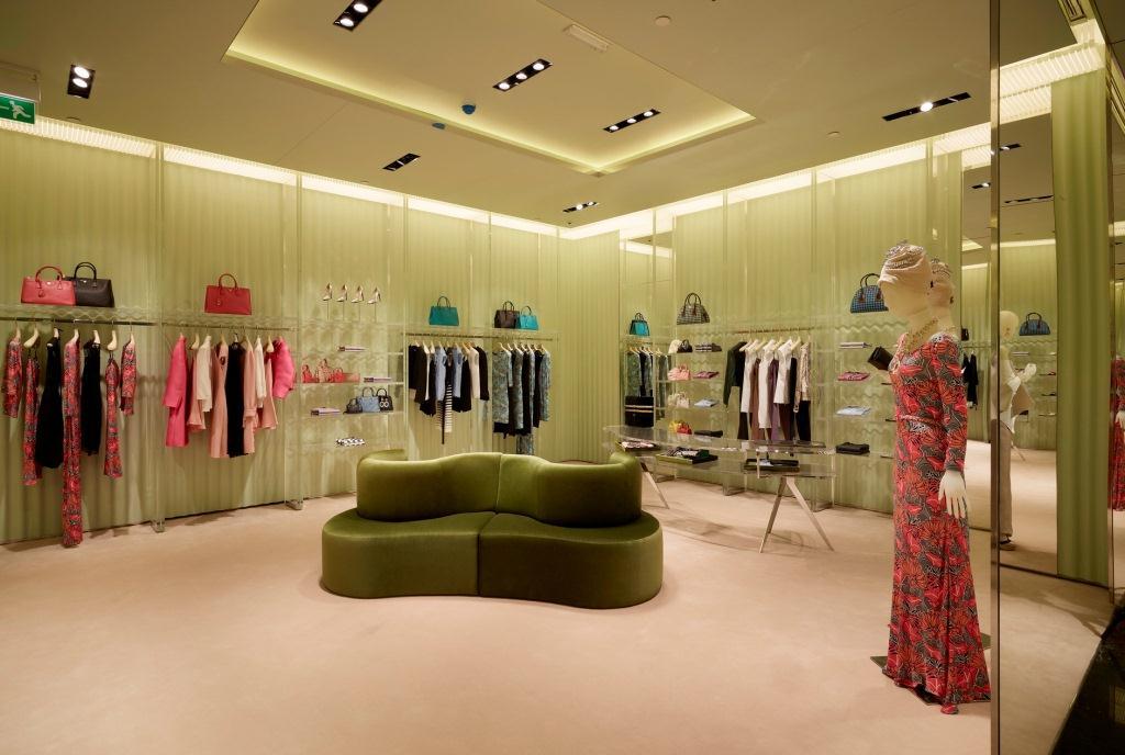 Prada Doha Villaggio Mall int3