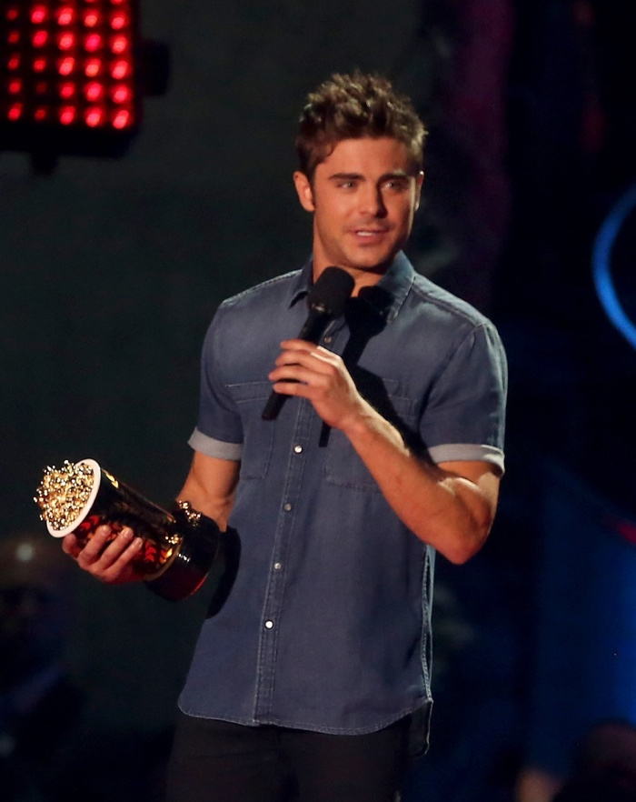 zac-efron-shirtless-mtv-movie-awards-photos-003
