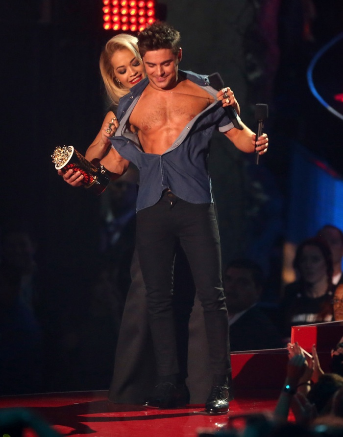 zac-efron-shirtless-mtv-movie-awards-photos-004