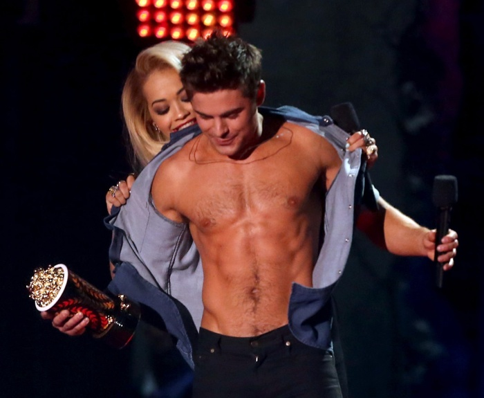 zac-efron-shirtless-mtv-movie-awards-photos-005