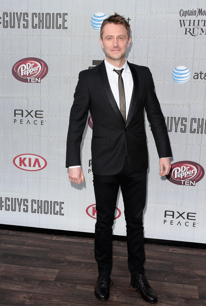 Actor Chris Hardwick hits the step and repeat with a slim-cut suit.
