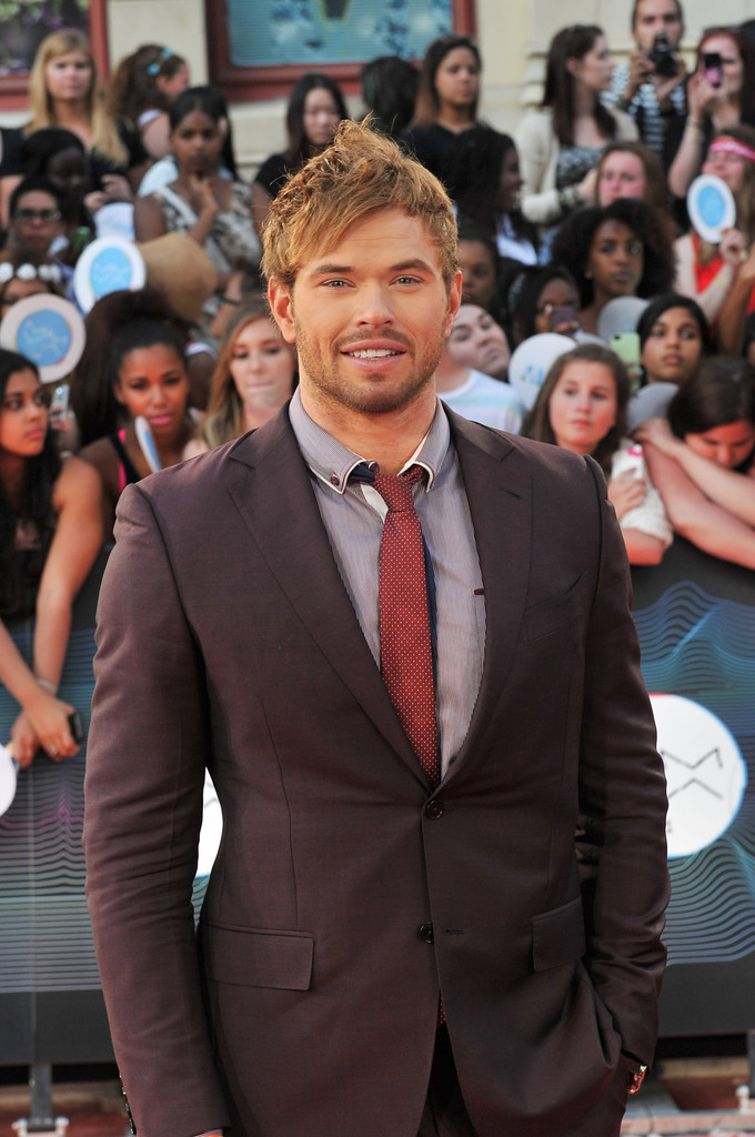 Actor Kellan Lutz knows how to wow, attending the 2014 MuchMusic Awards in a burgundy look from Ermenegildo Zegna.