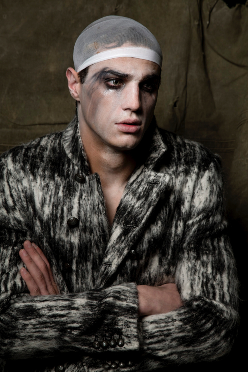 Andy wears coat John Varvatos.