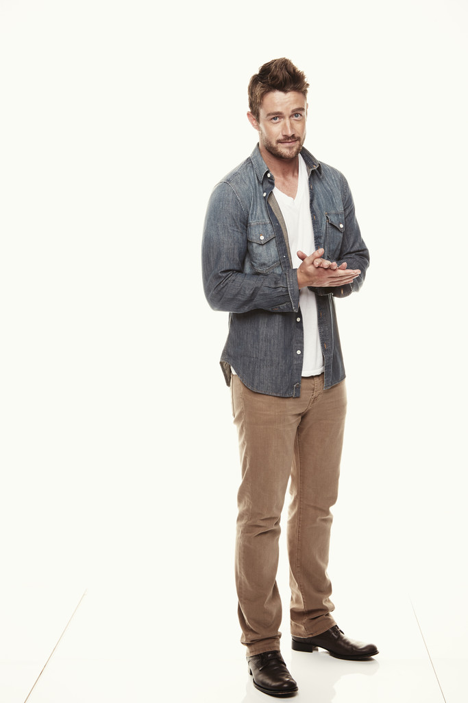 Robert Buckley Wears Relaxed Denim Look from 7 For All Mankind