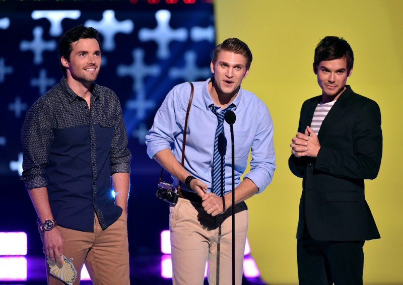 Representing a variety of styles, the guys of 'Pretty Little Liars', Ian Harding, Keegan Allen and Tyler Blackburn present an award.