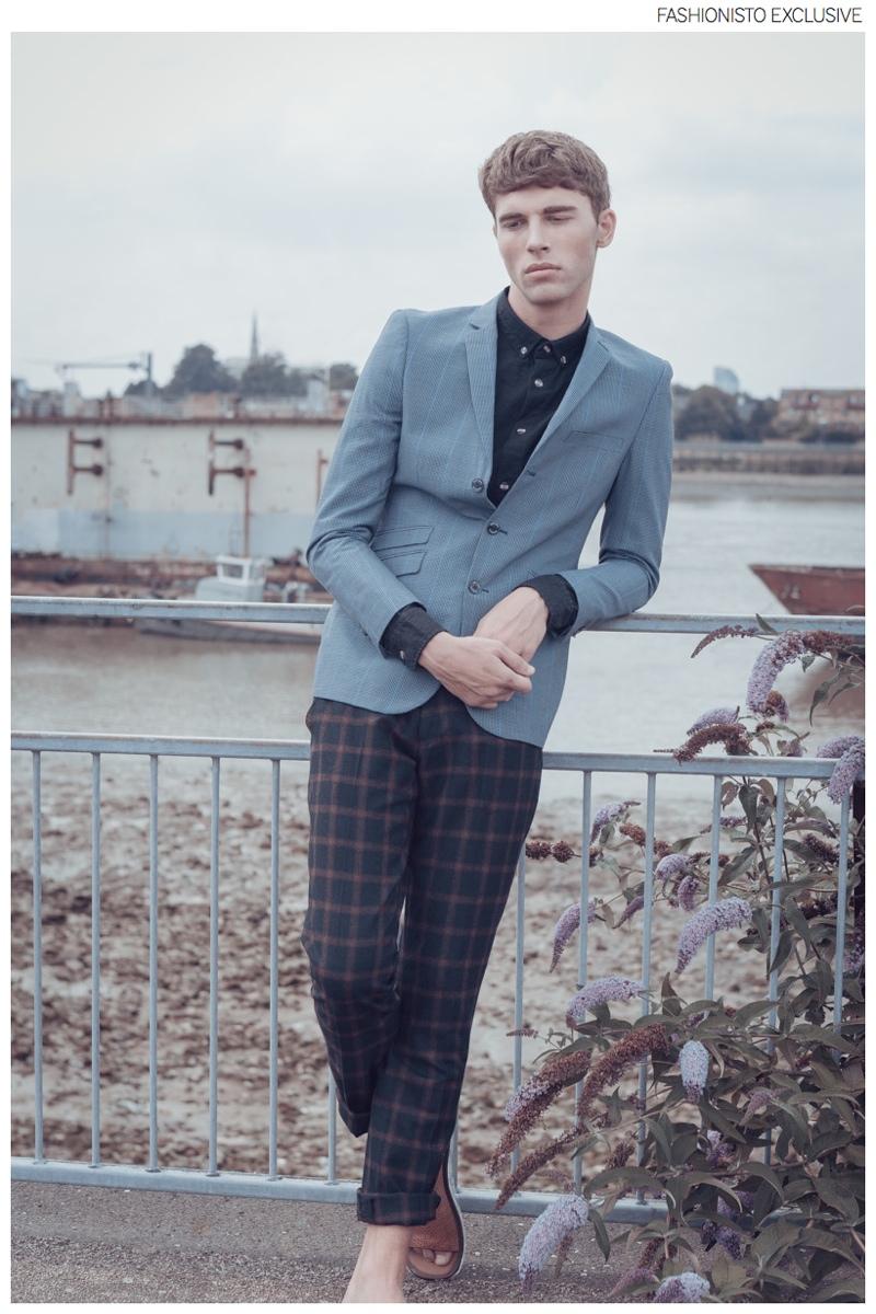 Yarik wears blazer Manuel Ritz, shirt Humor, trousers Gabicci and sandals River Island.