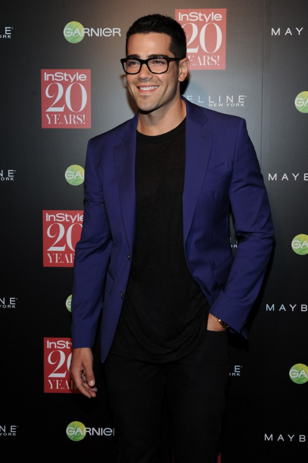 Monday night, September 10th, InStyle hosted an event to celebrate its 20th anniversary. On hand for the party was Jesse Metcalfe in a stunning black and blue number, complete with on-trend black framed glasses.