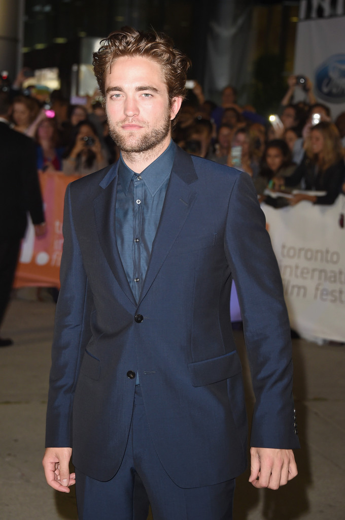 Robert Pattinson Wows in Blue Suit for 'Maps to the Stars' Premiere