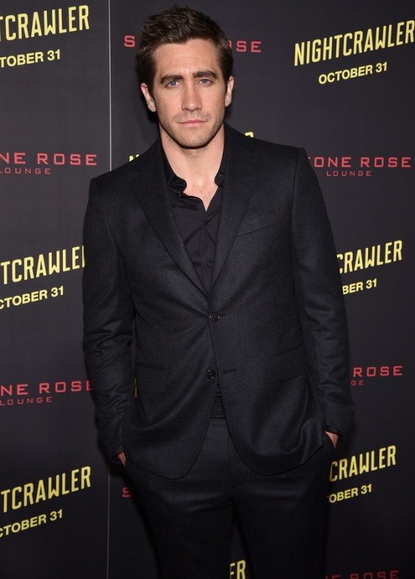 Promoting his latest movie 'Nightcrawler', actor Jake Gyllenhaal hit up the New York premiere on October 27th, cleaning up in a relaxed but tailored black on black look.