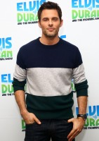 Promoting his latest movie 'The Best of Me', actor James Marsden visited 'Elvis Duran's Z100 Morning Show' on October 17th, making a casual statement in a color block sweater and a pair of dark rinse denim jeans. Revisiting color block sweaters for the season, we round up a couple of choice companions for the mild cold.