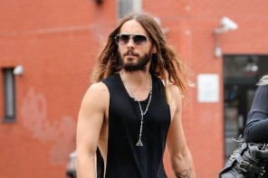 Captured walking around New York City on September 30, 2014, actor and musician Jared Leto was seen in his signature cool style. Enjoying the nice weather, Leto wore a sleeveless tee, skinny jeans and boots.