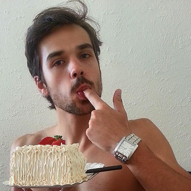 Lucas Hickmann has a piece of cake.