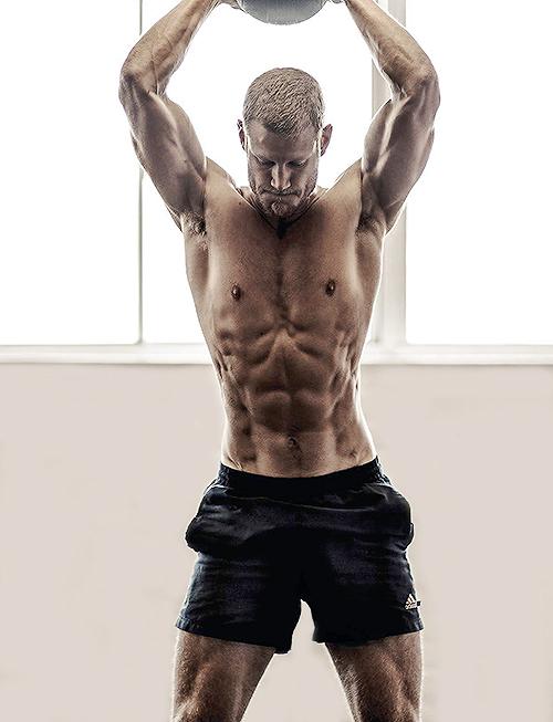 muscoloso corpo sulla spiaggia