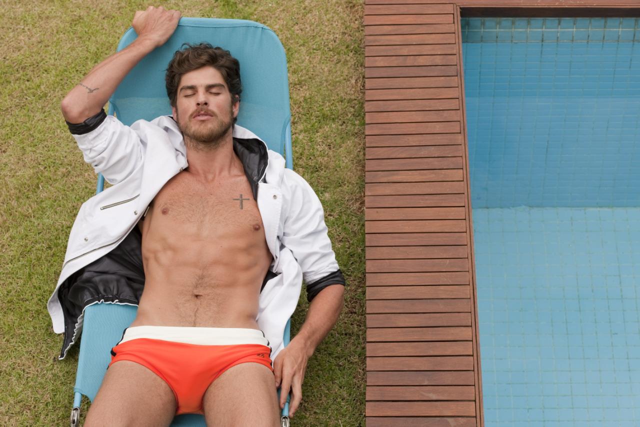 L'Officiel Hommes Brasil: Evandro Soldati Relaxes Poolside