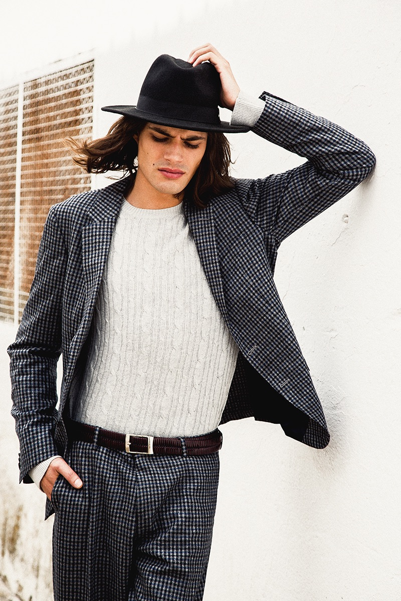 Álvaro wears all clothes Tommy Hilfiger, belt Soloio and hat BKMTC.