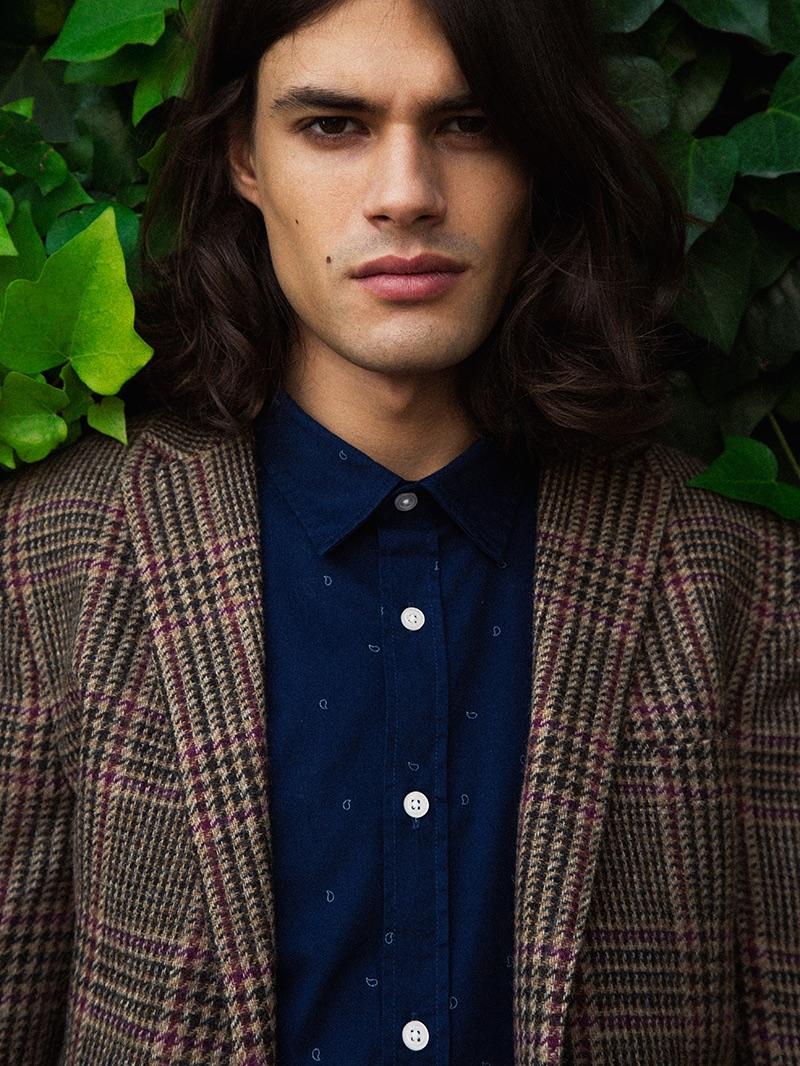 Álvaro wears blazer Tommy Hilfiger and shirt Esprit.