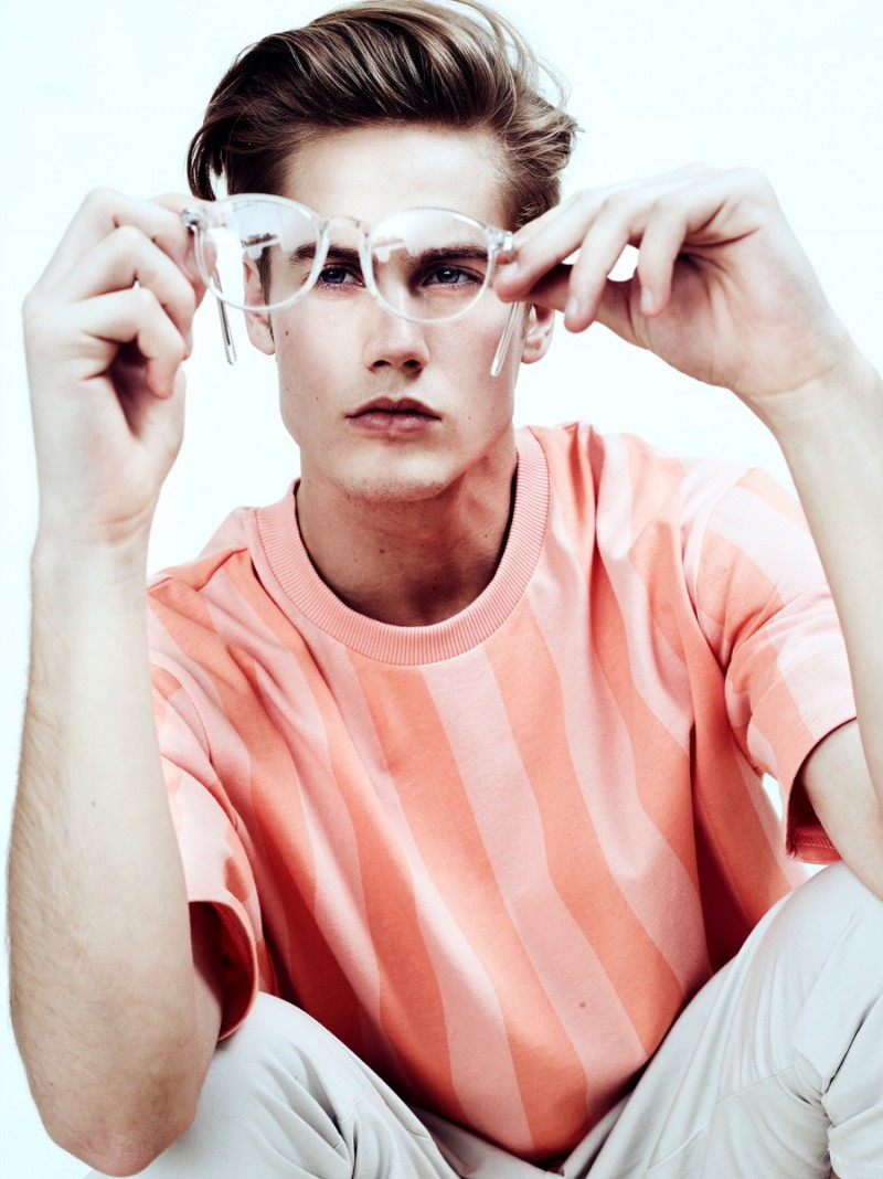 Neels wears t-shirt Cotweiler, pants Azul by Moussy and glasses Retro Super Future.