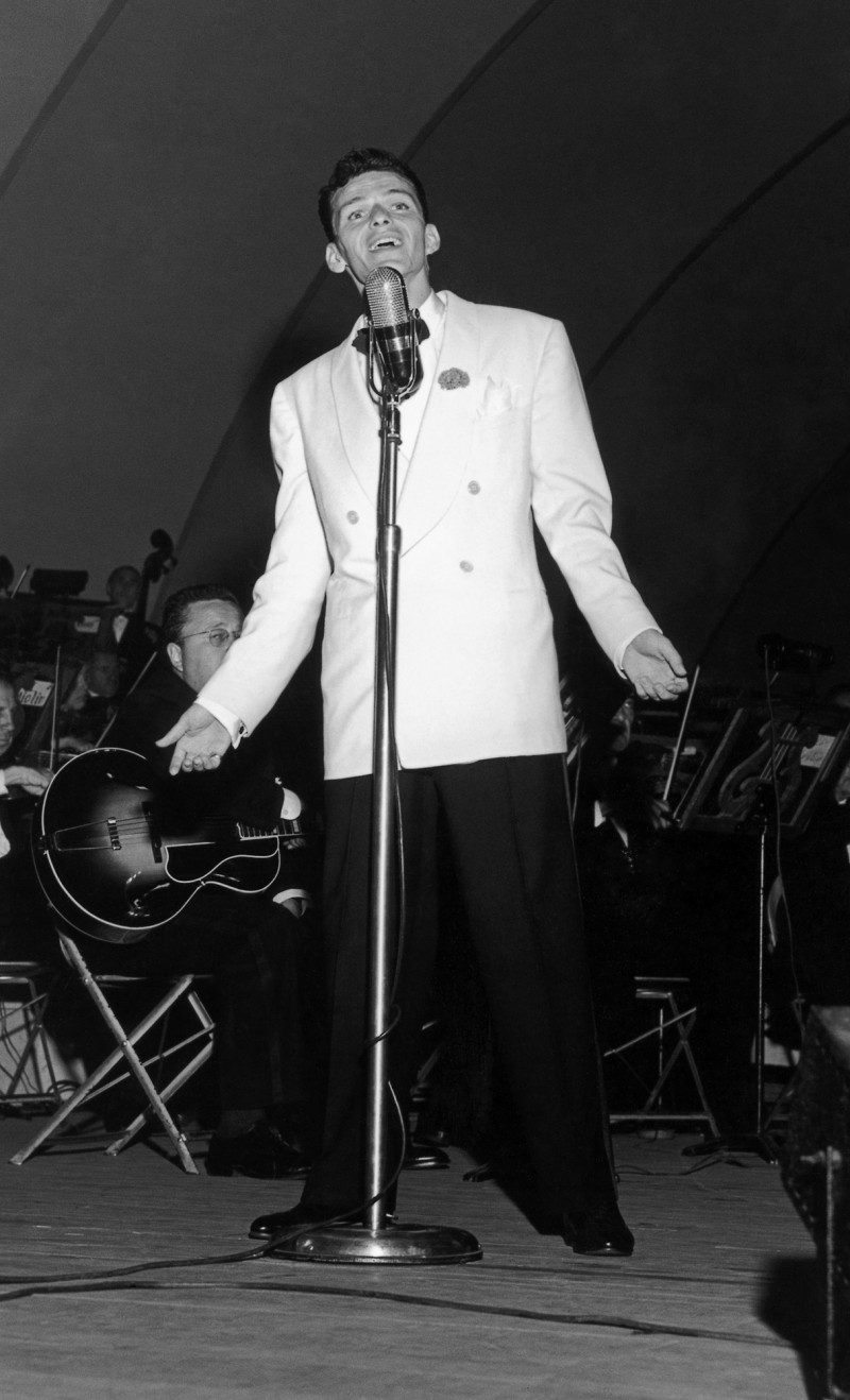 Frank Sinatra takes the stage of the Hollywood Bowl in 1943, wearing a double-breasted white jacket.