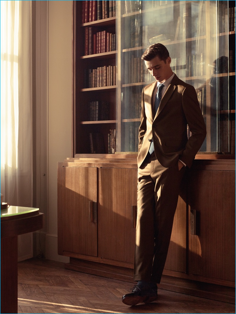 Adrien Sahores models an elegant suit from De Fursac's fall-winter 2016 collection.