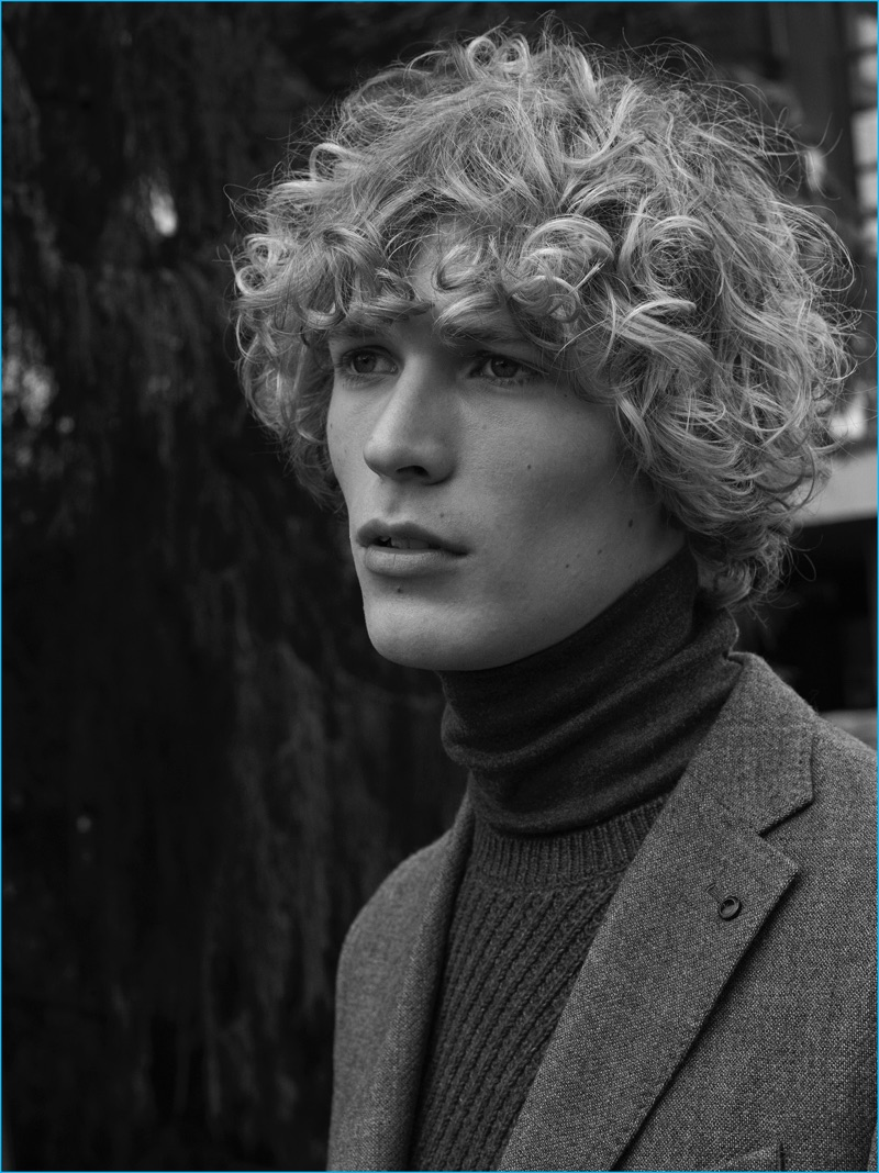 Model Sven de Vries dons a turtleneck and blazer from Mango Man.