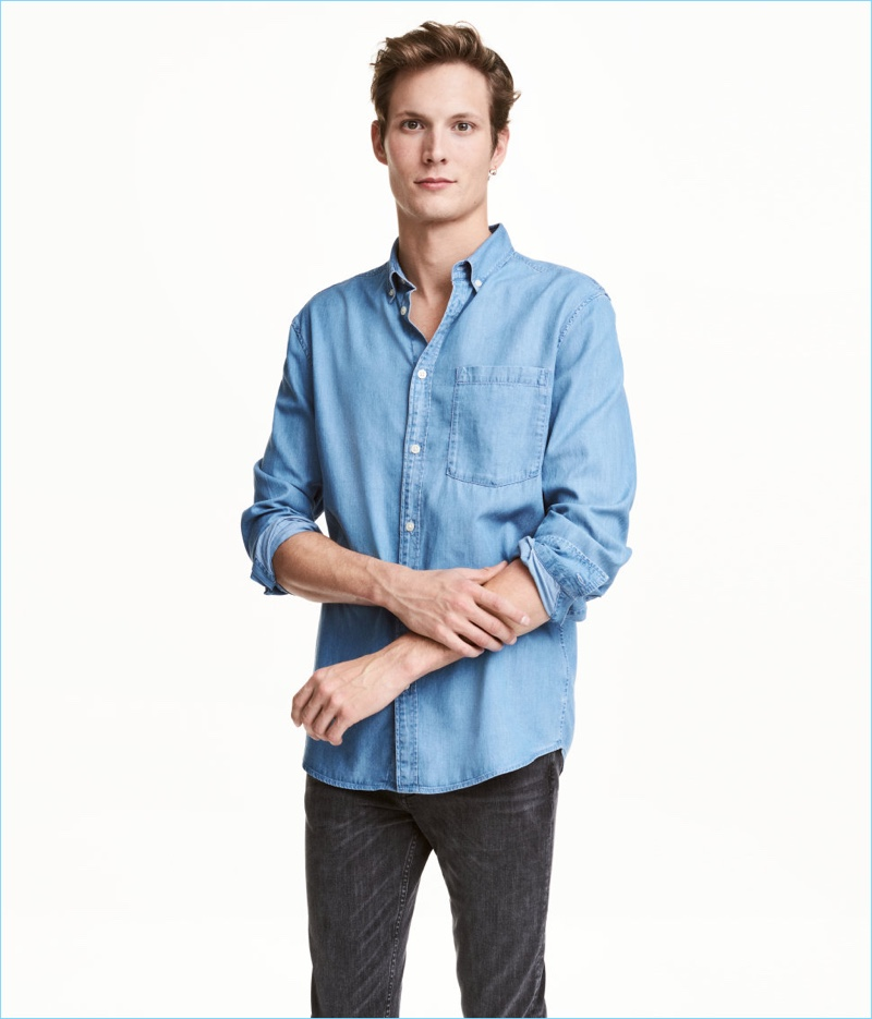 e327842affdd Model Felix Gesnouin sports a light blue denim shirt from H&M.