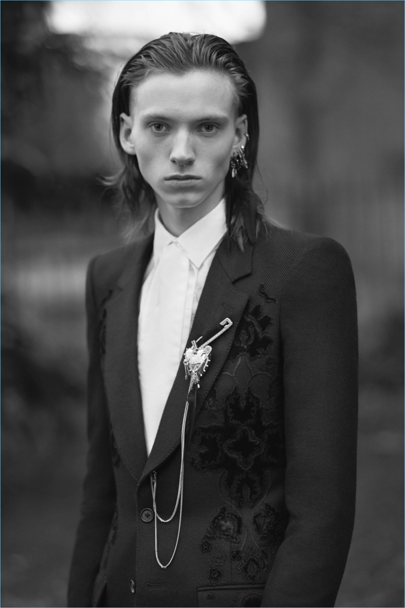 Oscar Wilde serves as inspiration for Alexander McQueen's elegant fall-winter 2017 collection.