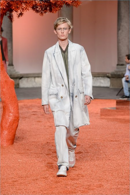 Ermenegildo Zegna Couture presents lightweight outerwear as part of its spring-summer 2018 collection.