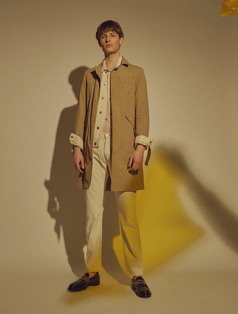 Thomas wears trench Bershka, shoes Ermenegildo Zegna Couture, coat and trousers Wrangler.