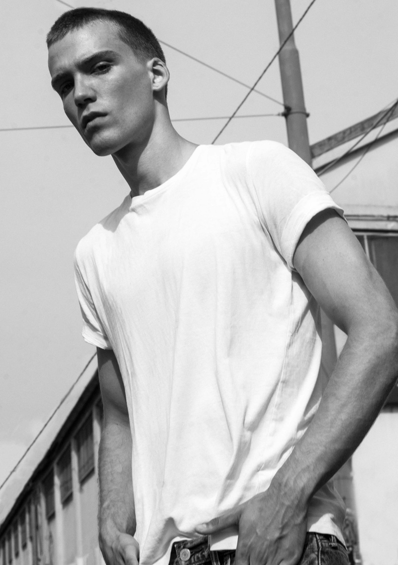 Marc Lüloh goes casual in a white t-shirt and denim jeans from Levi's.