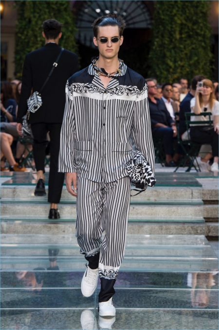 Versace proposes vertical stripes with its spring-summer 2018 collection.