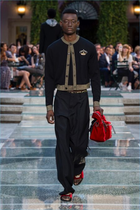 Versace Homecoming: Explore the Brand's Print Heavy Spring '18 Collection