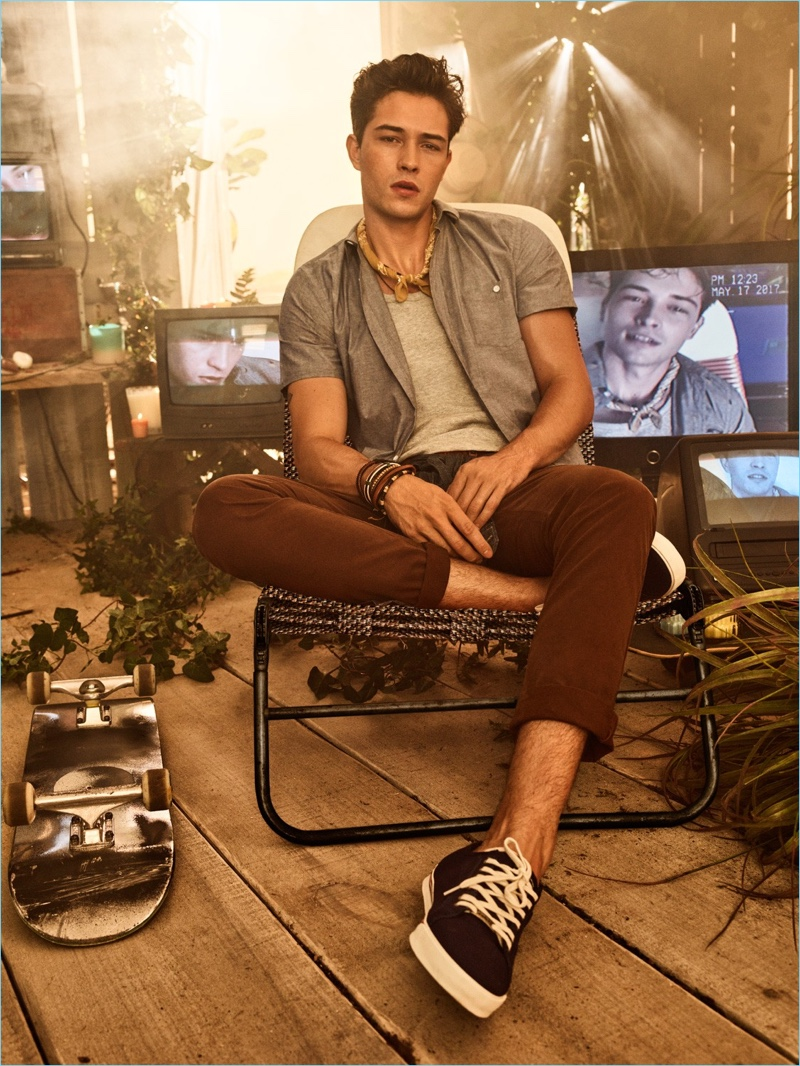 Brazilian model Francisco Lachowski is front and center for Colcci's spring-summer 2018 campaign.