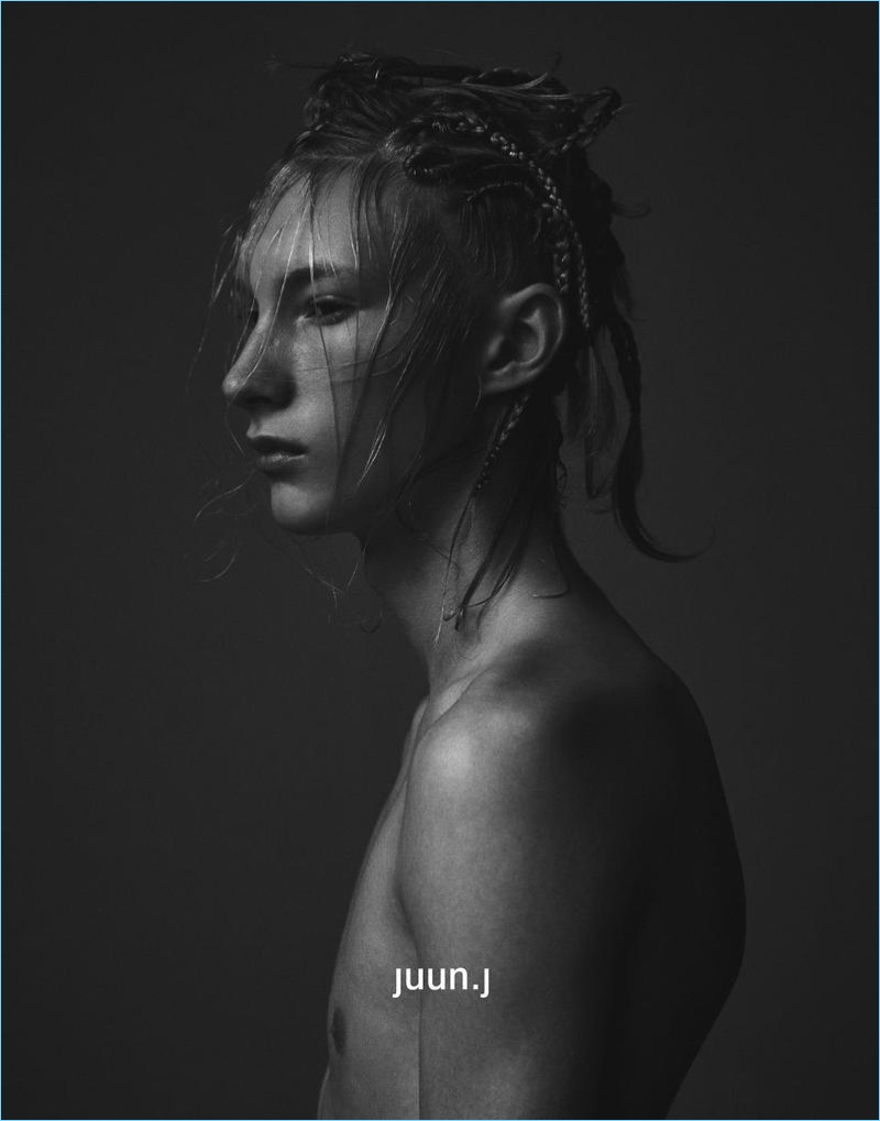 Delivering a side profile, Ville Sydfors appears in JUUN.J's fall-winter 2017 campaign.