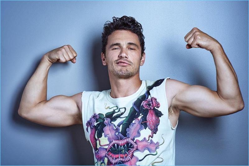 Flexionando, James Franco pisa uma camiseta Gucci.