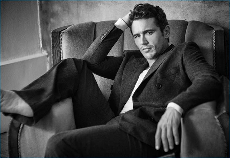 Aparecendo em uma foto em preto e branco, James Franco usa um terno Hermès com uma camisola Tom Ford.