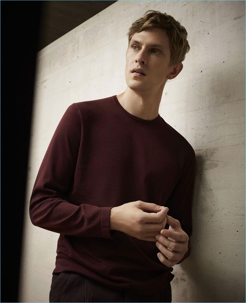 Reuniting with Massimo Dutti, Mathias Lauridsen wears a burgundy sweater.