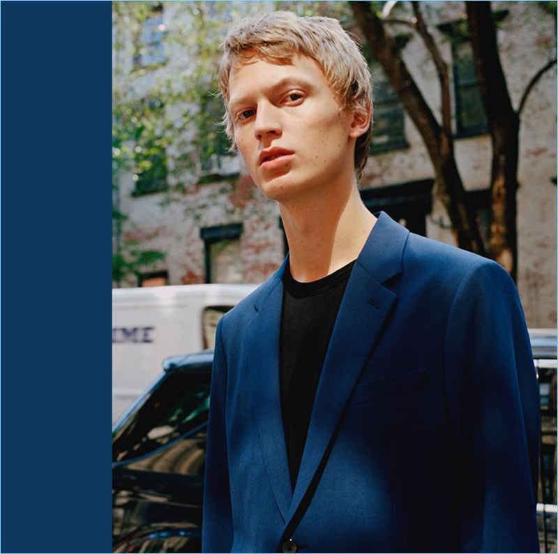 Jonas Glöer wears a royal blue Good Wool suit from Theory.