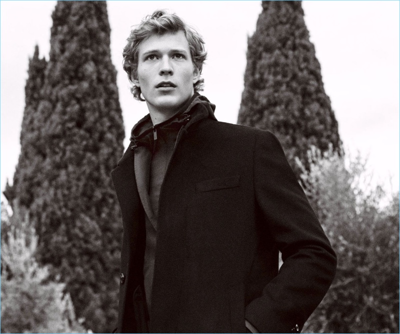 Sven de Vries models a sophisticated look from Massimo Dutti's fall-winter 2017 collection.