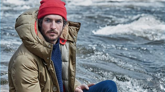 Reuniting with Simons, Justice Joslin wears a Holubar parka and Sorel boots. A red LE 31 knit beanie, navy sweater, and work socks bring Justice's outfit together.
