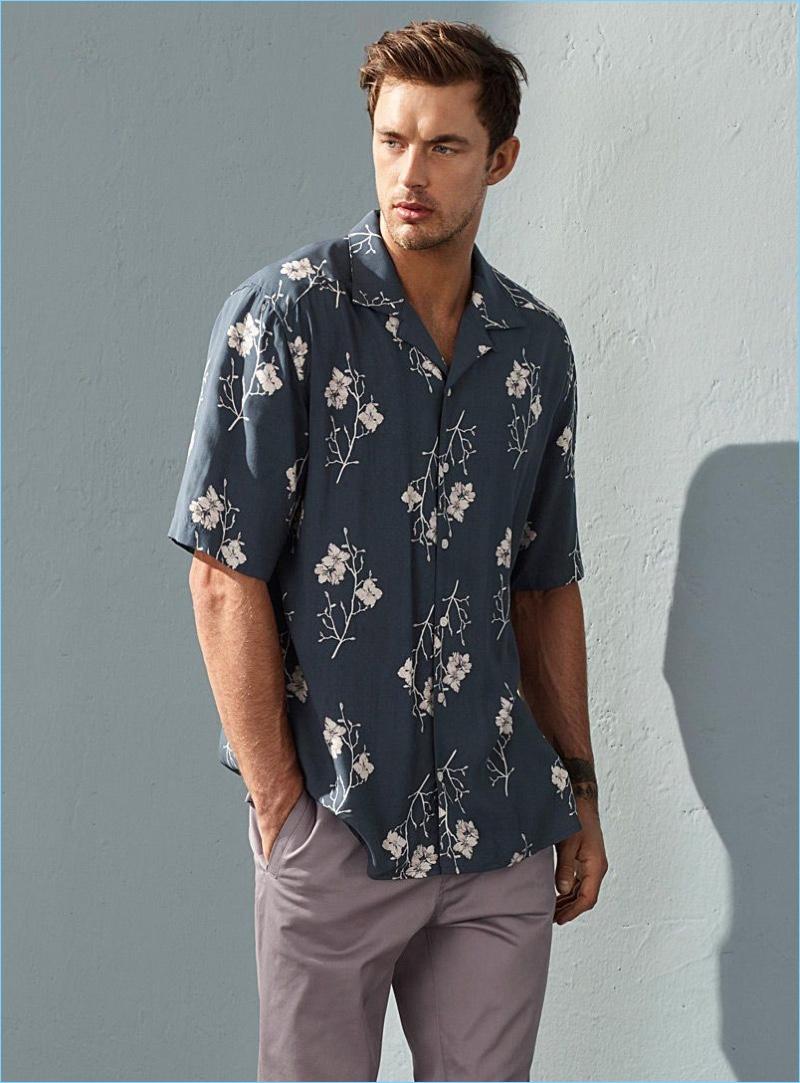 Partindo casual, Christian Hogue usa uma camisa de impressão floral e corredores pelo LE 31.