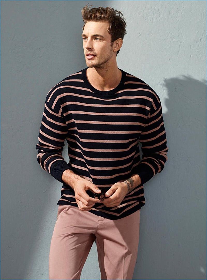 Mantendo-o simples, Christian Hogue usa um suéter listrado e chinos cor-de-rosa pelo LE 31.
