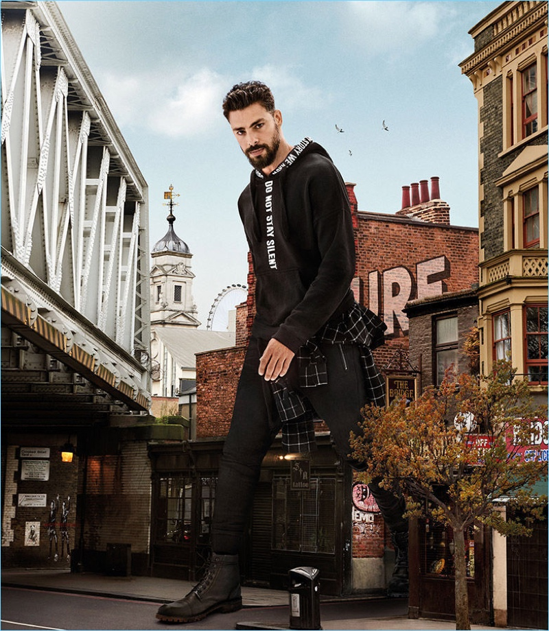 Actor Cauã Reymond fronts Colcci's fall-winter 2018 campaign.
