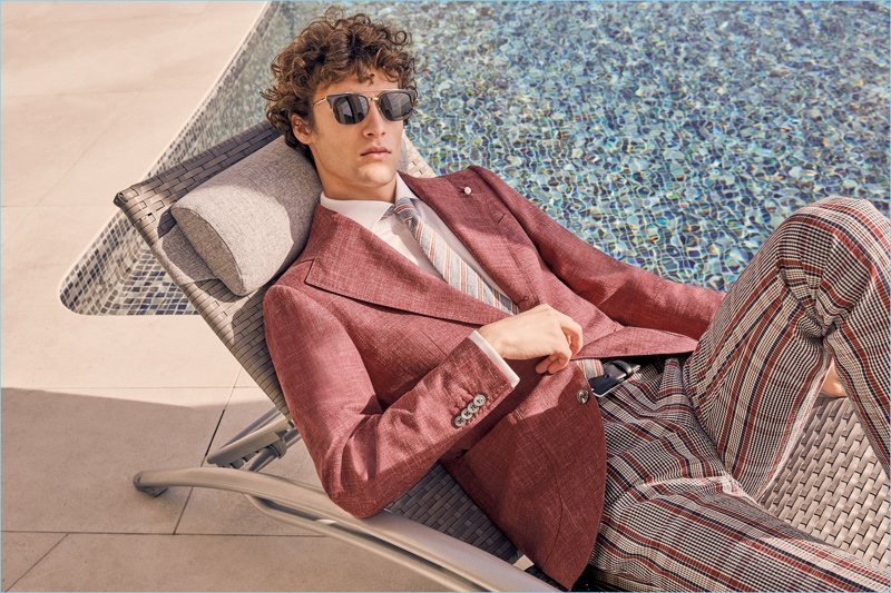Relaxing poolside, Marçal Taberner dons tailoring from Luigi Bianchi Mantova's spring-summer 2018 collection.