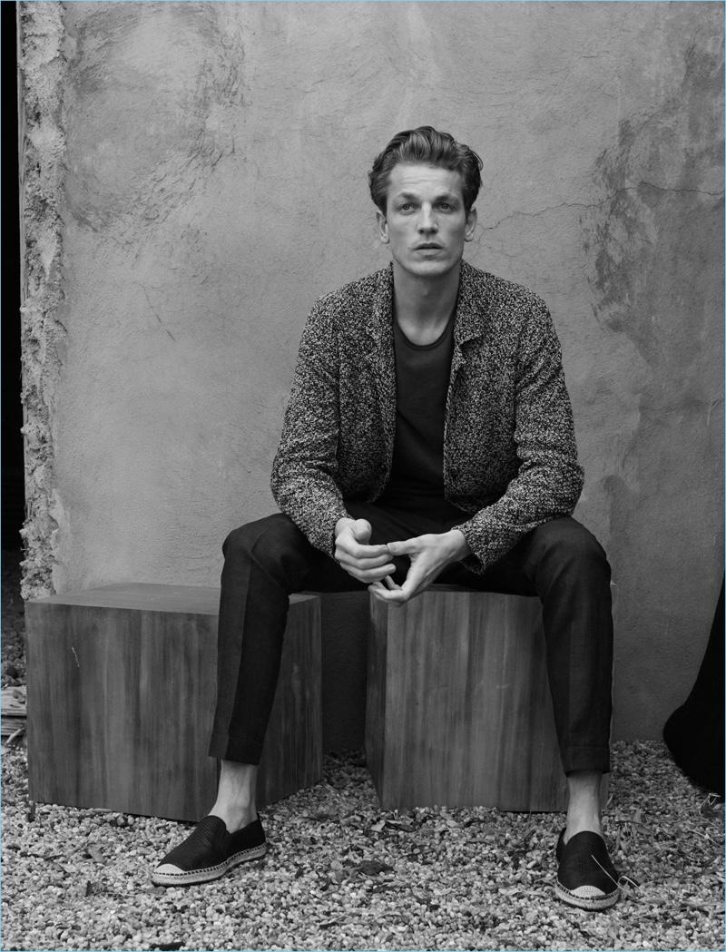 Il modello Hugo Sauzay è protagonista della campagna primavera-estate 2018 di Massimo Dutti.