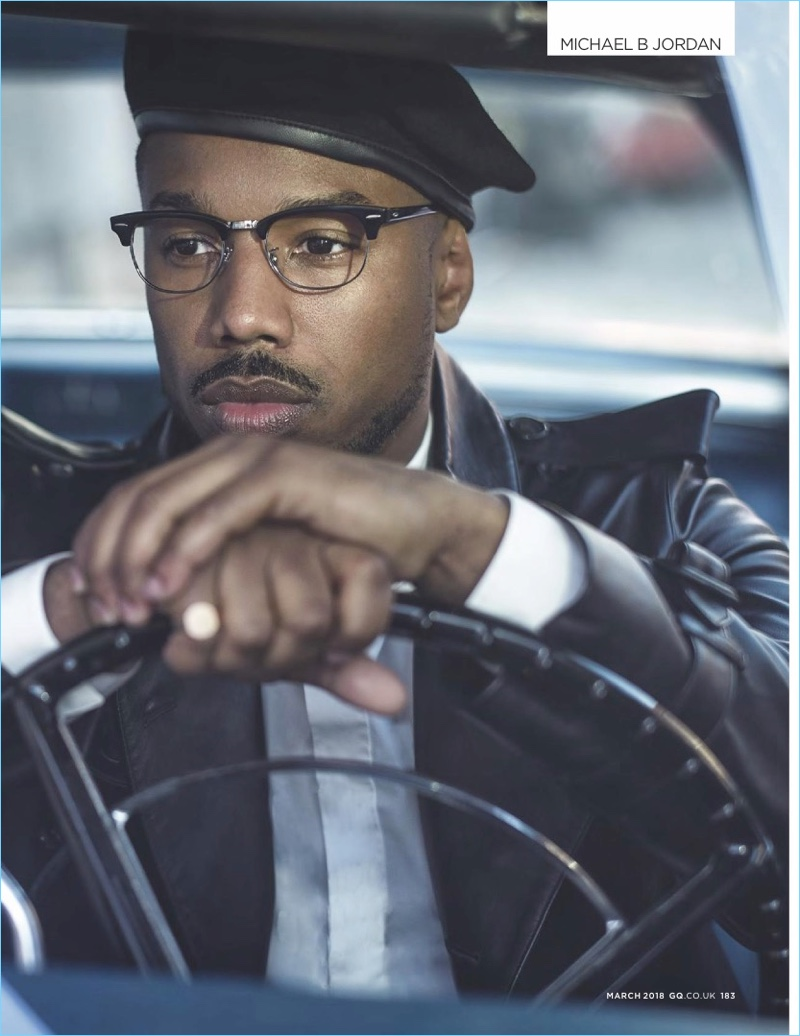 Andando a andar, Michael B. Jordan usa um casaco Burberry de couro.  Uma camisa Dior Homme, a boina Lock & Co. e os óculos Ray-Ban completam o visual.