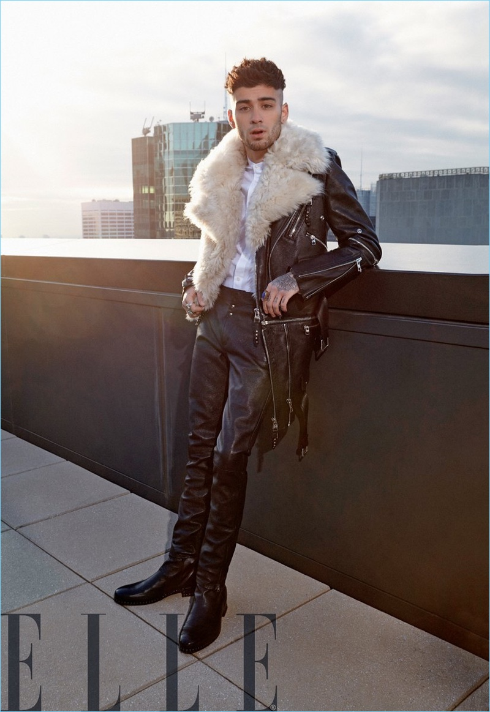 O cantor Zayn Malik usa um olhar de couro de Alexander McQueen.