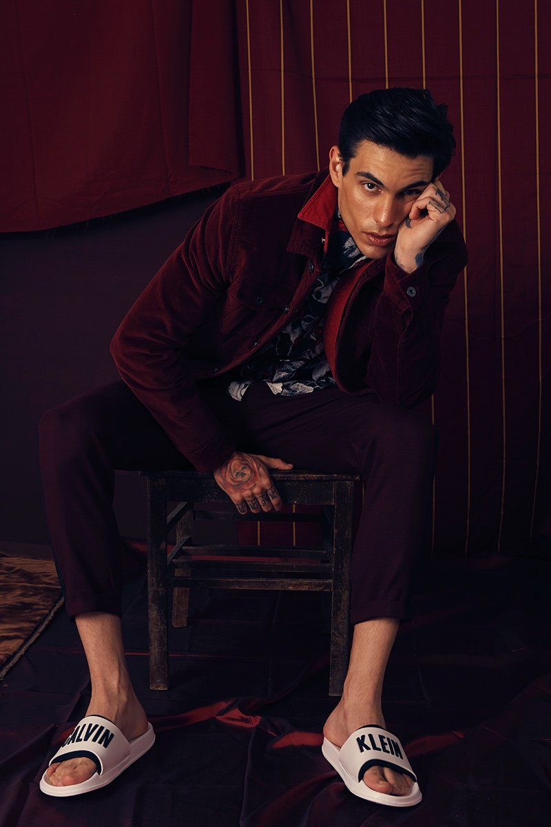 Miguel wears shirt H&M, pants Zara, shoes Calvin Klein, corduroy jacket and denim jacket Levi's.