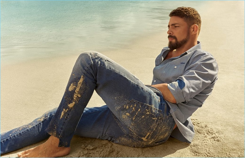 Reuniting with Colcci, Cauã Reymond appears in the brand's spring-summer 2019 campaign.