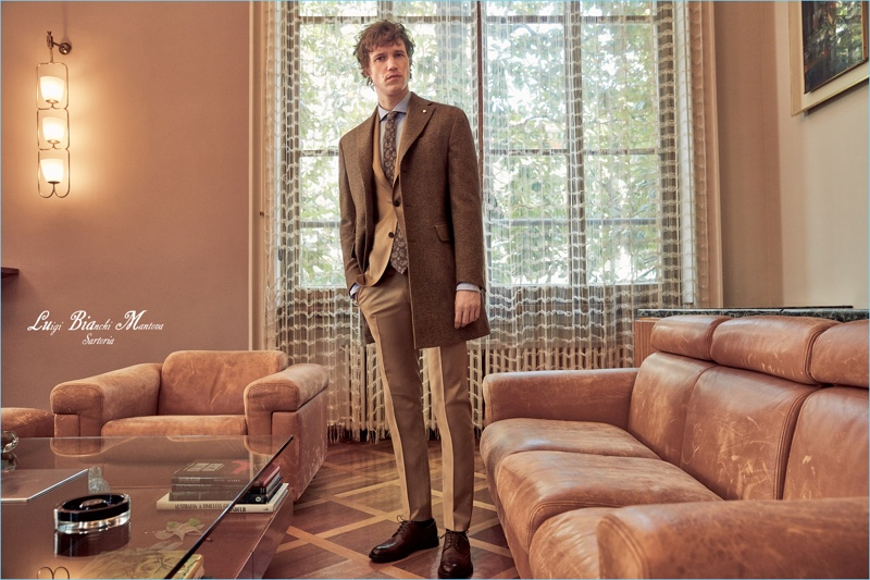 Donning shades of brown, Marçal Taberner fronts Luigi Bianchi Mantova's fall-winter 2018 outing.