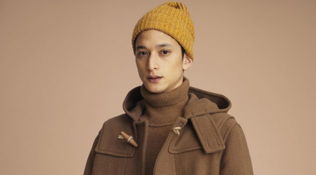 Embracing brown hues, Hideki Asahina wears a duffle coat and turtleneck sweater from UNIQLO.